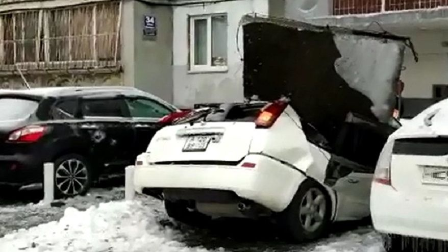 Машину повредил упавший с крыши снег. Что делать?